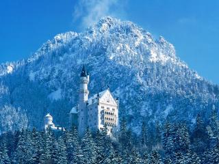 обои Замок у подножья горы зимним днем фото