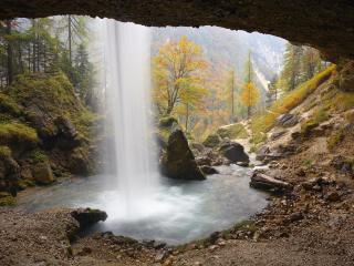 обои У водопада,   под козырьком пещеры