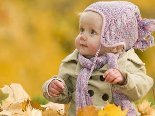 обои Ребёнок в осеннем парке в листве фото