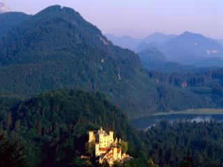 обои Замок Хоэншвангау среди заросших лесом гор фото