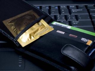 обои Презервативы в золотой упаковке фото