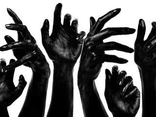 обои Чёрные руки на белом фоне фото