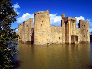 обои Замок Бодиам в Англии окружен водой фото