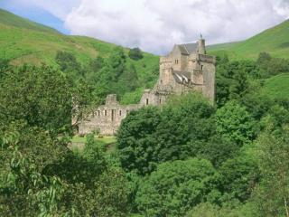 обои Замок Кэмпбелл в Шотландии утопает в зелени фото