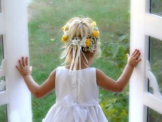 обои Маленькая принцеса выходит в сад фото
