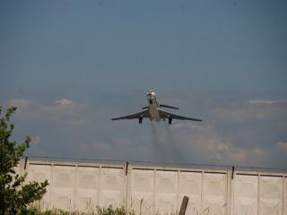 обои Самолет над бетонным ограждением фото