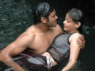 обои Влюбленная пара в воде фото
