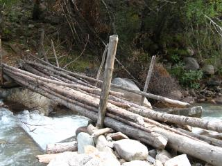 обои Переход через горную реку фото