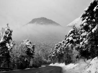 обои Шоссе в заснеженных горах фото