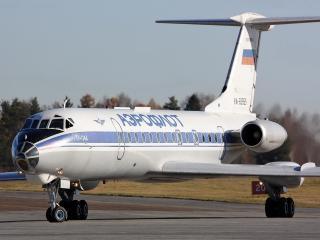 обои Ту-134А на полосе крупным планом фото