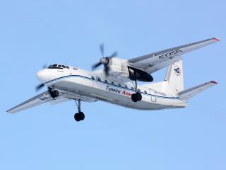 обои АН-24РВ парит в чистом голубом небе фото