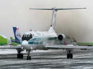 обои Самолеты на аэродроме сумрачным зимним днем фото