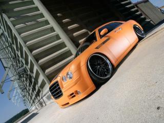 обои Parotech Norev Chrysler 300C у здания фото