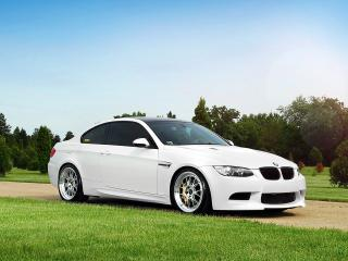 обои IND BMW M3 Coupe (E92) 2011 на газоне фото