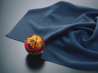 обои Красный шарик и синяя ткань фото