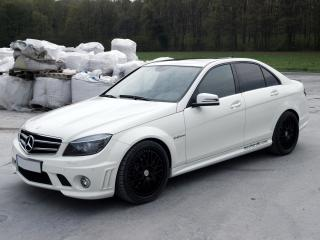 обои Kubatech Mercedes-Benz C63 AMG (W204) боком фото