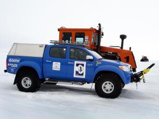 обои Arctic Trucks Toyota Hilux Invincible AT38 2009 и трактор фото