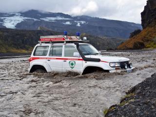 обои Arctic Trucks Toyota Land Cruiser 80 Medevac AT44 (HDJ80) бурная река фото