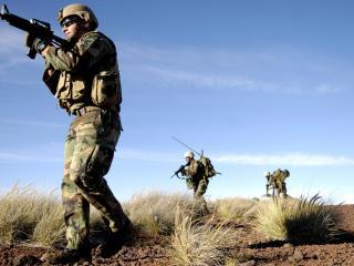 обои Солдаты в поле фото