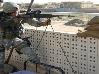 обои Солдат готов к стрельбе фото