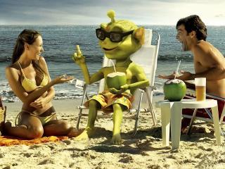 обои Люди с гуманоидом на пляже фото