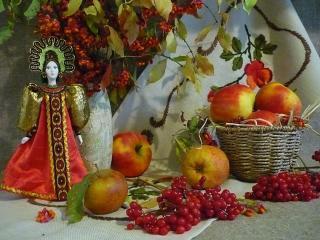 обои Калина с яблоками и статуэтка в русском народном платье фото