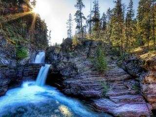 обои Небольшой водопад в скалах фото
