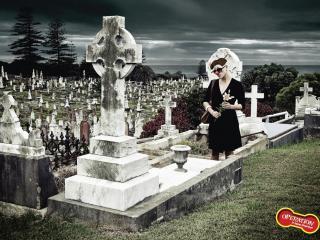 обои Девушка клоун на кладбище фото