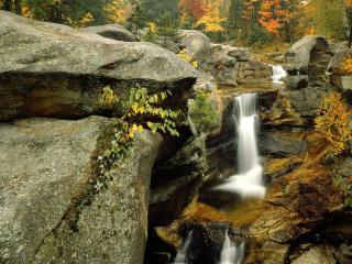 обои Небольшой водопад в горах фото