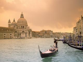 обои для рабочего стола: Улица Венеции с каноэ