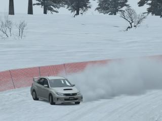 обои Дрифт на снежной трассе фото