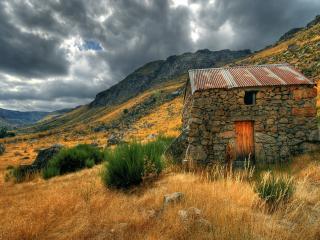 обои Каменный домик на склоне холма фото