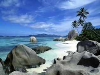обои Огромные камни на песчаном берегу фото