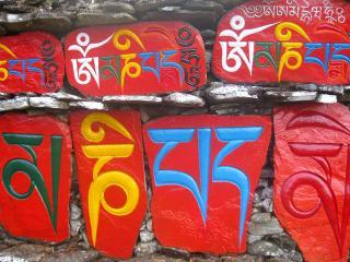 обои Тибетские иероглифы на камнях фото