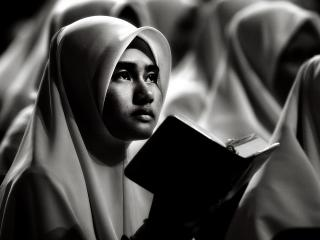 обои Девушка-мусульманка с Кораном фото