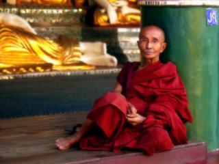 обои Старик-монах в красных одеяниях фото