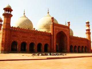обои Красная мечеть с куполами фото