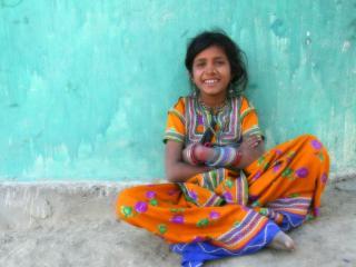 обои Весёлая,   индийская девочка фото
