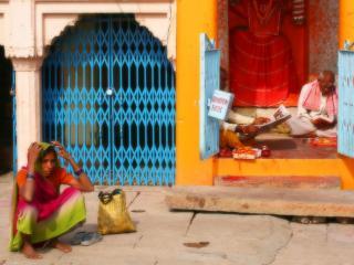 обои Пожилая индиянка у порога фото