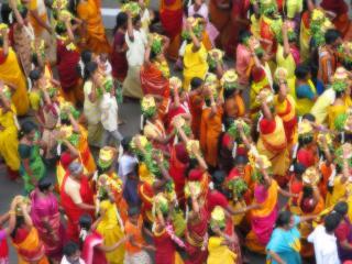 обои Разношёрстная толпа индусов фото