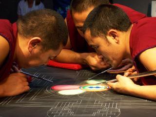 обои Монахи за рисованием мандалы фото