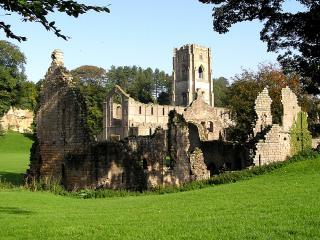 обои Разрушенный замок на зеленых лугах фото