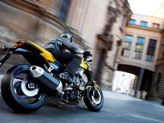 обои По узким улицам на мотоцикле фото