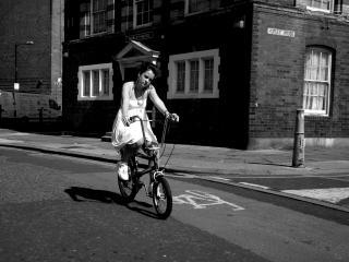 обои Девушка в платье на велосипеде фото