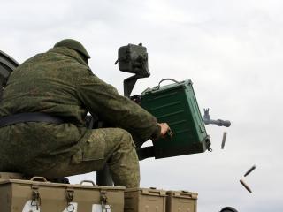 обои Пулеметчик ведёт стрельбу с танка фото
