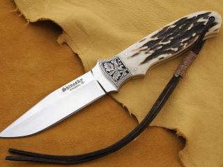 обои Нож на коже фото