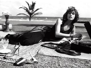 обои Milla Jovovich в черном платье с грамофоном фото