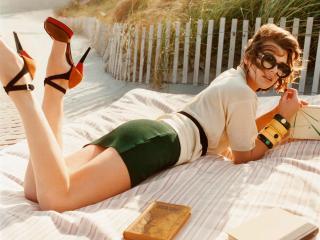 обои Milla Jovovich на природе читает книгу фото