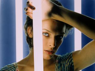 обои Milla Jovovich среди лучей неона фото