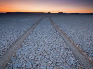 обои Две колеи от колес в пустыне фото